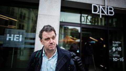 DNB-kunde Carsten M. Syvertsen forstår godt at DNB scorer dårlig på Norsk Kundebarometer. – Hadde jeg hatt mulighet, så ville jeg selv ha satt dem på bunnplass, sier han. Foto: Gunnar Blöndal