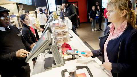 Allerede for halvannet år siden demonstrerte nestsjef Elisabeth Haug i Vipps betaling med mobil på McDonald's, men så langt har Vipps ikke klart å komme opp med en konkurransedyktig løsning i butikk.