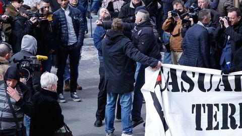 En fredelig demonstrant blir slått ned i forsøket på å fjerne banneret til fotballpøblene som marsjerte til minnestedet på Place de la Bourse i sentrum av Brussel. Foto: Gunnar Lier