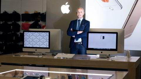 – Vi hadde god vekst i nesten alle kategorier, sier André Nicolai Hesselroth, salgssjef for Elkjøps dataprodukter, om salget av Apple-produkter i desember. Foto: Fredrik Solstad