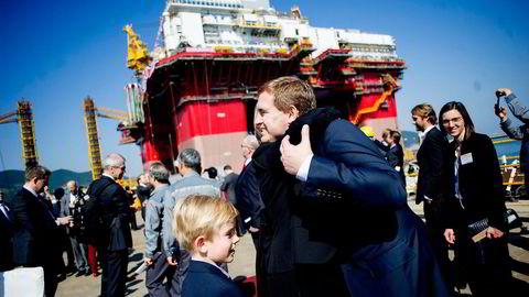 KLEM. Frederik Mohn får en varm klem. Songa Offshore-riggene nærmer seg ferdigstillelse. Sønnen Alexander er interessert i alt. Foto: Mikaela Berg