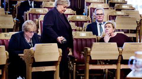 Det var usannsynlig, men så satt jammen Venstre-leder Trine Skei Grande (til venstre) og Frp-leder Siv Jensen (til høyre) sammen på regjeringsbenken i Stortinget. Frps parlamentariske leder Hans Andreas Limi sittende bak Siv Jensen.