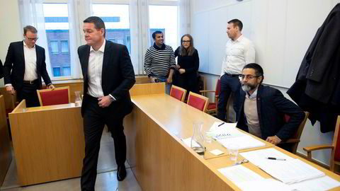Fra venstre Mercedes-sjef Kjetil Myhre og PSA-sjef Thorbjørn Myrhaug i Bertel O. Steen. Sittende er Zahid Saddiq i Star Autoco. Partene møttes i retten denne uken. Dommen går i favør av Bertel O. Steen, som hadde rett til å heve avtalen med Nordic Bil.