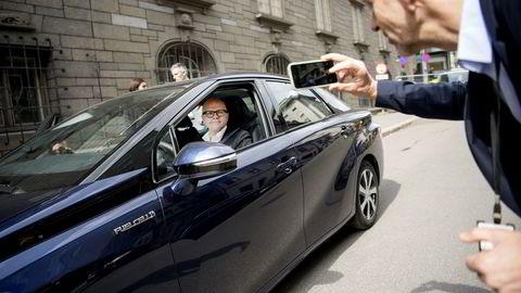 Klima- og miljøminister Vidar Helgesen foreviges bak rattet på Toyotas hydrogenbil av Kommunikasjonsrådgiver i Klima- og miljødepartementet Jo Randen. Foto: Mikaela Berg