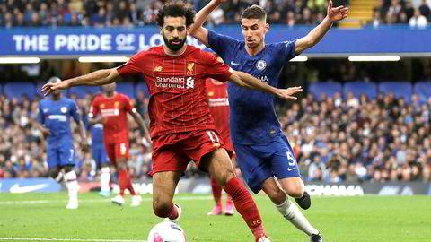 Liverpools Mohamed Salah, til venstre, og Chelseas Jorginho kjemper om ballen på Stamford Bridge søndag.