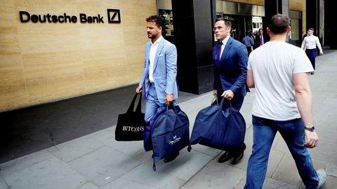 De to skredderne Ian Fielding-Calcutt og Alex Riley ble mandag fotografert på vei ut av London-kontoret til Deutsche Bank. De ble først feilaktig identifisert som en av de rundt 18.000 ansatte som nylig mistet jobben i banken.