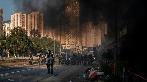 Opprørspoliti og demonstranter i gatekamper i Hongkong. Foto: Felipe Dana / AP / NTB scanpix