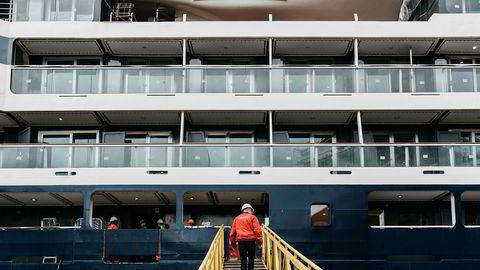 Verftsdirektør Frode Klokk går om bord i det snart ferdigbygde ekspedisjonscruiseskipet «Le Champlain» ved Vard-verftet på Søvikneset.