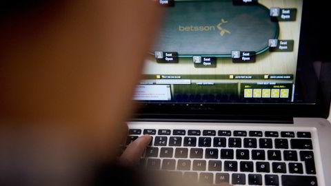 Tidligere banksjef Bjørn Helge Karlsen var hektet på nettpoker. Illustrasjonsfoto. Foto: Thomas Haugersveen