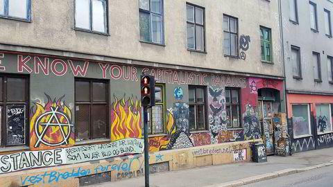 På fasaden av Hausmanns gate 40 er det skrevet «We know your capitalistic Paradise» sammen med en rekke andre politiske symboler. Nå har beboerne saksøkt eieren for å bli anerkjent som leietager.