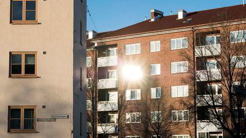Nordmenn bruker langt mindre av inntekten vår på bolig enn våre naboland. I snitt går 17,6 prosent av husholdningenes disponible inntekt til boligutgifter.