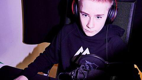 Endre Byre (14) hjemme i Stavanger. I kveld kan han bli 25,7 millioner kroner rikere dersom han stikker av med VM-gull i Fortnite.