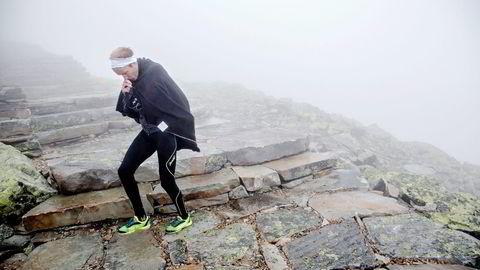 16. PLASS. På ustø ben går en skuffet Tom Remman ned fra toppen av fjellet i retning fjellheisen. Alle foto: Aleksander Nordahl