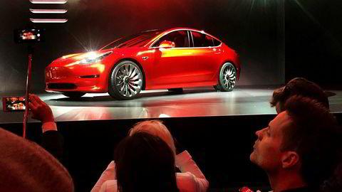 Tesla-sjefen mener batterileverandør Panasonic er skyld i at produksjonen av Tesla model 3 Sedan ikke møter etterspørselen i markedet raskt nok.