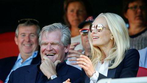 Borr Drilling- styreleder Tor Olav Trøim og hans forlovede Celina Midelfart. Her fra en eliteseriekamp med Vålerenga, der Trøim er hovedaksjonær.