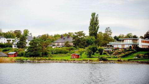Egil Stenshagen bor i huset til høyre, mens Karl Johan Sunde er nærmeste nabo. Den omstridte boden står nede i venstre bildehjørne.