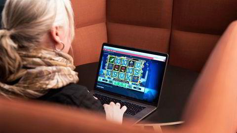 Hverken norske nettsteder eller annonsegigantene Facebook og Google tillater reklame for ulovlige pengespill på sine sider, skriver artikkelforfatteren.
