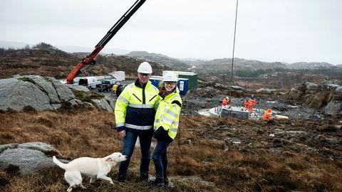 Det blåser friskt når vindinvestor Siri Kalvig besøker Egersund Vindpark i Egersund, her med driftsleder Torfinn Tuen fra Norsk vindenergi.