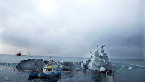 KNM Helge Ingstad ligger fortsatt ved skadestedet i Øygarden etter fartøyet kolliderte med et tankskip i november.