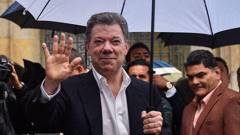 Colombias president Juan Manuel Santos vinker etter å ha stemt for fredsavtalen for å avslutte den 52 år lange konflikten med FARC-geriljaen, tidligere denne måneden. Foto: AFP/Guillermo Legaria