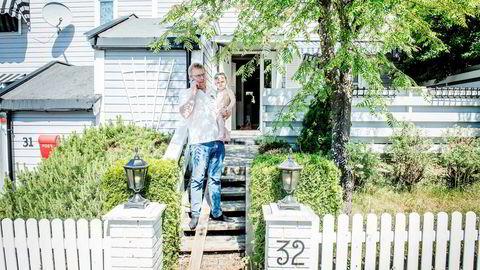 Oddbjørn Hagen ønsker å kjøpe sekundærbolig i Oslo, men synes det er vanskelig med dagens boliglånsforskrift. Han håper kravet om 40 prosent egenkapital for kjøp av sekundærbolig i hovedstaden fjernes. Her er han i familiens primærbolig på Holmlia med sønnen August og bikkja Felix.
