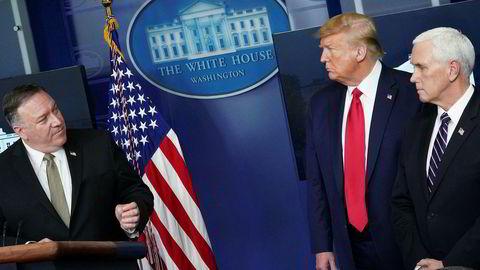 USAs utenriksminister Mike Pompeo (til venstre) sier president Donald Trump vil komme med en kunngjøring om kort tid. Til høyre står visepresident Mike Pence. Her i forbindelse med en pressebrief om koronaviruset i april.