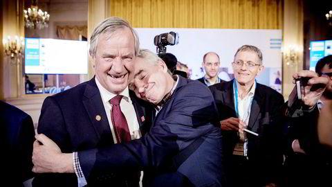 Norwegian-sjef Bjørn Kjos blir omfavnet av Michael O'Leary i Ryanair under Airlines for Europe sin årlige konferanse.