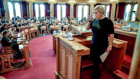 Finansminister Siv Jensen må svare Stortinget om hytteleieavtalen med Johan H. Andresen.