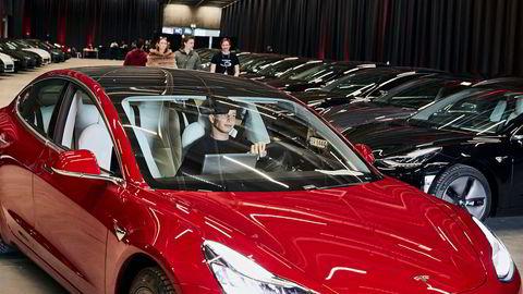 Eirik Larsen (21) brukte noen minutter før han fikk startet sin nye Tesla Model 3 som han lørdag skulle kjøre hjem til Nøtterøy.