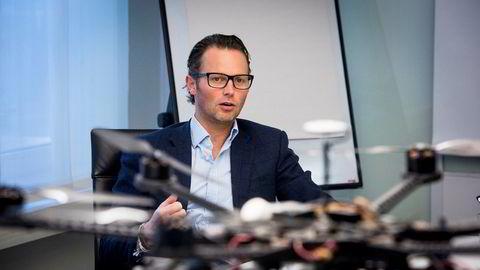 Konserndirektør i Wilh. Wilhelmsen, Thomas Wilhelmsen med en drone som de ser for seg kan gi besparelser for selskapet.