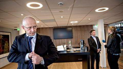 Torghattens hovedeier Brynjar Forbergskog (foran) har allerede gravd i lommene for å bli hovedeier i Widerøe. Nå åpner han for å kjøpe opp en del av Norwegian, om selskapet ikke klarer seg alene. Her fra en pressekonferanse med tidligere Widerøe-sjef Lars Kobberstad i 2013.