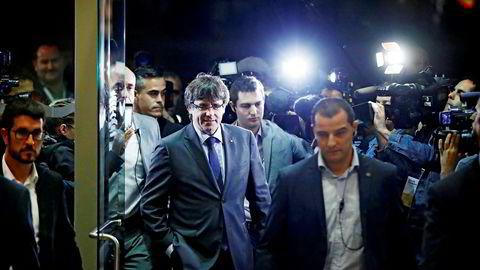 Regionpresident Carles Puigdemont i Catalonia er nå klemt inn i et hjørne etter at Spanias statsminister torsdag formiddag erklærte at de starter prosessen med å frata Catalonia selvstyre.
