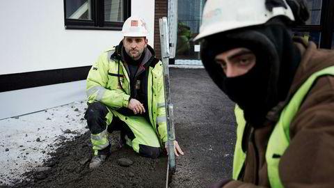 Det kommer færre polske arbeidere til Norge, noe som gir byggefirmaene vansker med rekrutteringen. Men Pavel Ossowski (til venstre) blir. Nå arbeider han med et uteanlegg ved en byggeplass på Økern i Oslo.