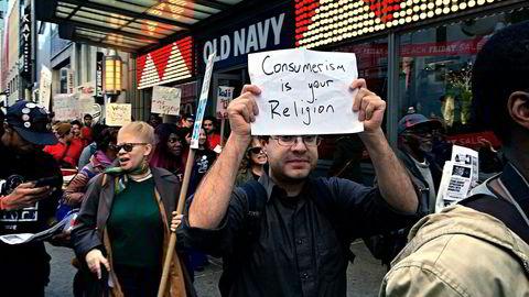 Flere steder ble «Black Friday»-kunder møtt av demonstranter som kjemper for høyere minstelønn, som her ved Herald Square på Manhattan i New York. Foto: Morten Bertelsen
