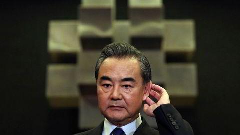 Den kinesiske utenriksministeren Wang Yi under en pressekonferanse i Manila søndag.