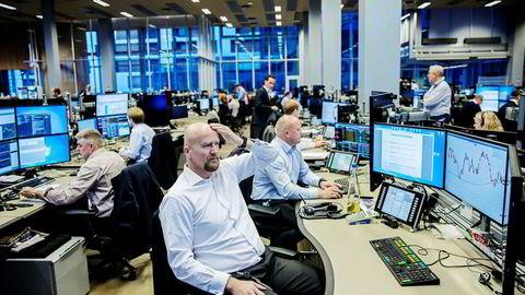 Oljeanalytiker Torbjørn Kjus (foran) i DNB Markets tror oljeprisen skal oppover, og mener du kan gjøre et godt kjøp om du handler oljekontrakter som går ut om to og et halvt år. Her med råvaresjef Nils Fredrik Hvatum.