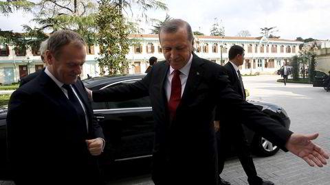 EU-president Donald Tusk (til venstre) var på besøk hos Tyrkias president Recep Tayyip Erdogan samme dag som myndighetene tok kontroll over Zaman, landets største opposisjonelle avis. Foto: Reuters / NTB scanpix