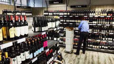 I flere land har koronapandemien fått flere til å drikke mer alkohol. 2020 ligger an til å bli et rekordår for Vinmonopolet.