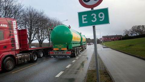 At E39 er samfunnsøkonomisk lønnsomt, slås fast i Nasjonal transportplan (NTP), som ble vedtatt like før sommerferien, sier forfatteren. Her E39 gjennom Stavanger.