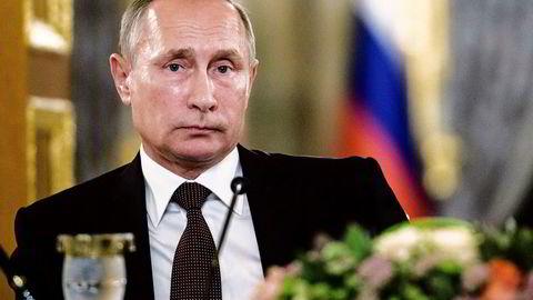 President Vladimir Putin var selv KGB-agent og senere sjef for den russiske sikkerhetstjenesten FSB før han ble Russlands leder. USA har ifølge amerikanske medier hatt en spion plassert i Putins indre krets, med tilgang til Putins skrivebord.
