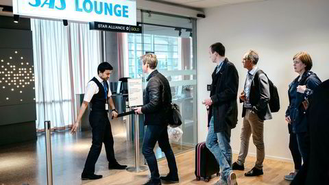 SAS-ansatte både på bakken og ombord i flyene kan se frem til en ekstra bonus om ett år – hvis den økonomiske utviklingen er som planlagt. I mellomtiden skal også pilotene forhandle om lønn og arbeidsvilkår. Her fra SAS-loungen på Oslo lufthavn.