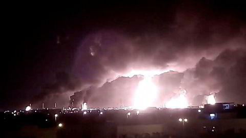 Bildet, som er hentet fra video på sosiale medier, viser konsekvensene av angrepet mot Saudi Aramcos oljeprosesseringsanlegg.