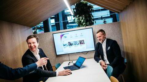 Evry-sjef Per Hove (til venstre) viser frem det nye gjeldsregisteret på skjermen og tripper etter å la bankene få tilgang til å søke i nordmenns forbruksgjeld. Her med direktør og prosjektleder Johan Nygaard.