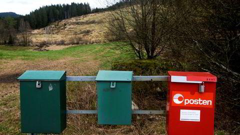 Audnedal, Norway 20170411. Postkasser på stativ i Audnedal, med rød postkasse som landpostudet kan hente post. Foto: Vidar Ruud / NTB scanpix