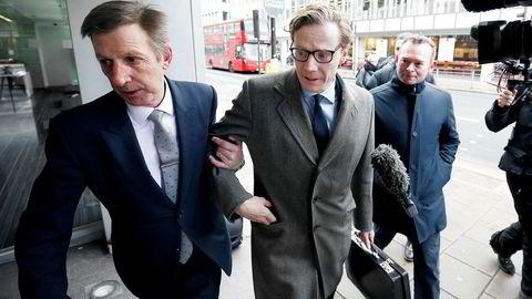 Det omstridte analyseselskapet Cambridge Analytica (CA) levert inn formell konkursbegjæring i USA i fjor etter den mye omtalte Facebook-skandalen. Her er ankommer CA-sjef Alexander Nix (midten) kontorene i London.