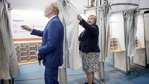 Statsminister Erna Solberg (H) og ektemannen Sindre Finnes stemmer ved stortingsvalget på Apeltun skole i Bergen.