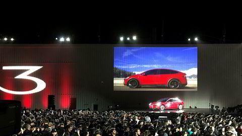 Tesla viste fredag frem en av de første bilene av den nye Model 3 fra Fremont-fabrikken.