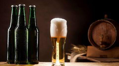 Beer barrel with beer mug and three bottles on a brown dark background. ---