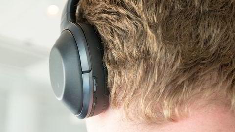 Sony MDR-1000X er en seriøs utfordrer til Bose med god støydemping, god lyd og selektiv filtrering av lyder. Foto: Marte Christensen.