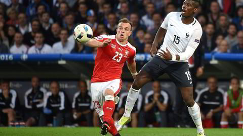 Xherdan Shaqiri fra Sveits kjemper om ballen med Frankrikes Paul Pogba under kampen TV 2 sendte søndag. Foto: FRANCOIS LO PRESTI/AFP/NTB Scanpix